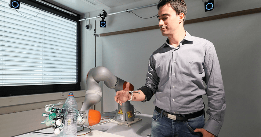 Robot, News, This robotic limb merges machine learning and manual control